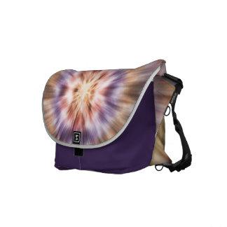 オレンジおよび紫色の絞り染め メッセンジャーバッグ