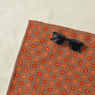 オレンジおよび緑の花パターン ビーチタオル