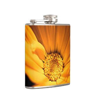 オレンジおよび黄色のデイジーの花 フラスク