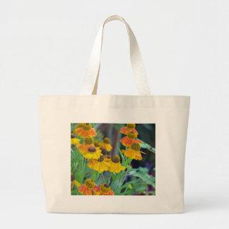 オレンジおよび黄色のルドベキアの花 ラージトートバッグ