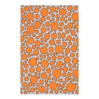 オレンジおよび黒い水玉模様の灰色の文房具 便箋