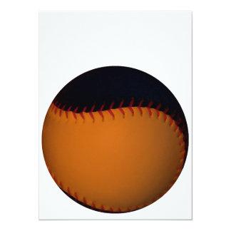 オレンジおよび黒い野球/ソフトボール 14 X 19.1 インビテーションカード
