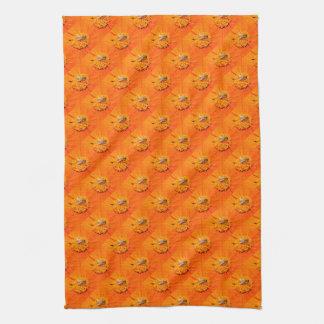 オレンジの蜜蜂によってはタオルが開花します キッチンタオル