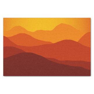 オレンジは山のシルエット上の日没にある調子を与えます 薄葉紙