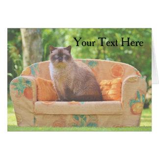 オレンジソファーのShorthairイギリスの猫 グリーティングカード