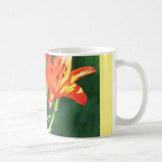 オレンジユリが付いているコーヒー・マグ コーヒーマグカップ