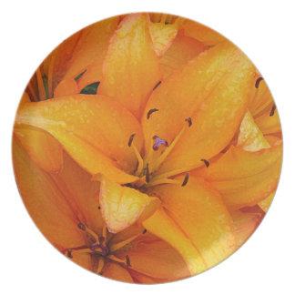 オレンジユリの花のデザインのプレート プレート