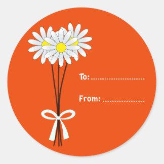 オレンジ円形のステッカーの白いデイジーの花束 ラウンドシール