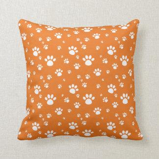 オレンジ動物の足はパターンを印刷します クッション