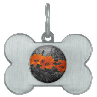 オレンジ及び黒い花の花の写真のデザイン ペットネームタグ