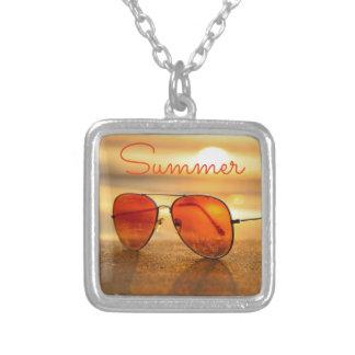 オレンジ夏のビーチの休日のサングラス シルバープレートネックレス