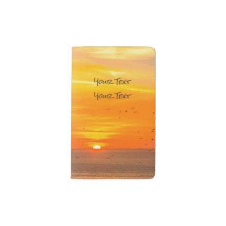 オレンジ日曜日および鳥が付いている日没の海岸 ポケットMoleskineノートブック