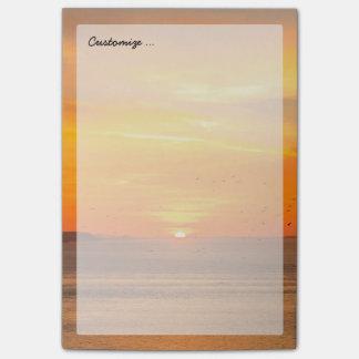 オレンジ日曜日および鳥が付いている日没の海岸 ポストイット
