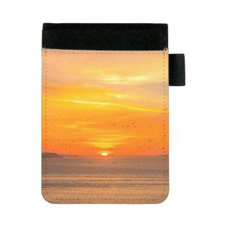 オレンジ日曜日および鳥が付いている日没の海岸 ミニパッドフォリオ