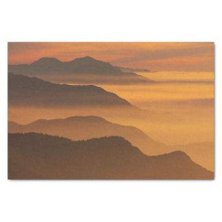 オレンジ日没の霧山は自然のシルエットを描きます 薄葉紙