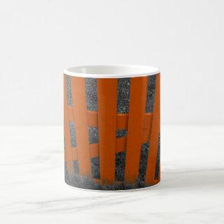 オレンジ棒杭の囲い コーヒーマグカップ