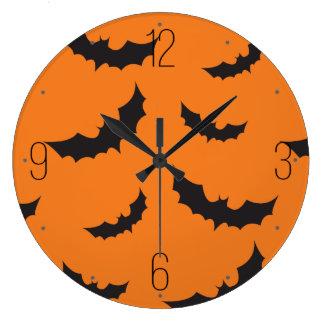 オレンジ背景ハロウィンの黒いこうもり ラージ壁時計