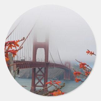 オレンジ花が付いているゴールデンゲートブリッジ ラウンドシール