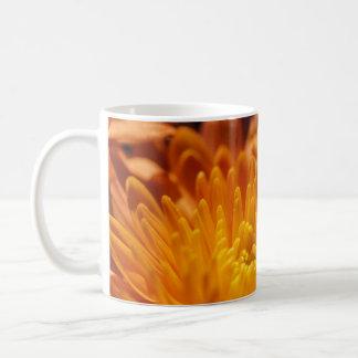 オレンジ菊の白いマグのコップ コーヒーマグカップ