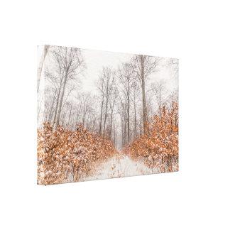 オレンジ葉の雪との冬の景色 キャンバスプリント