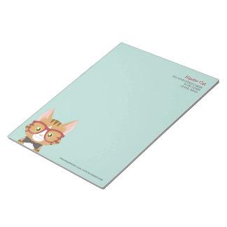 オレンジ虎猫のヒップスター猫は大きいメモ帳をからかいます ノートパッド