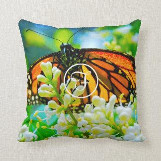 オレンジ蝶写真のカスタムなモノグラムの枕 クッション