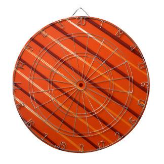 オレンジ金属の波形の薄板金のクローズアップ ダーツボード