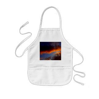 オレンジ雲および青空との日没 子供用エプロン
