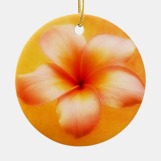 オレンジ黄色のプルメリアの花のオレンジの背景 セラミックオーナメント