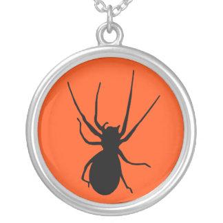 オレンジ黒く気色悪いくものネックレス シルバープレートネックレス