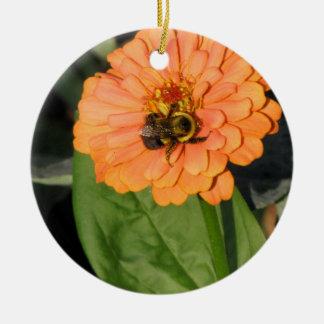オレンジ《植物》百日草ののまわりに 陶器製丸型オーナメント