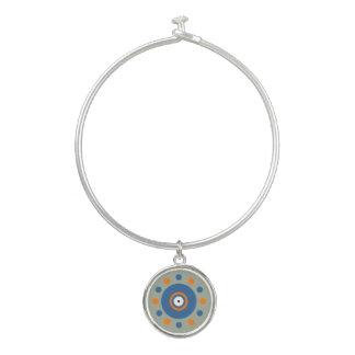 オレンジ、青の円及び点のチャームの腕輪のブレスレット バングルブレスレット
