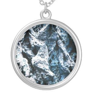 オークの木の吠え声の青い色合いの背景の質 シルバープレートネックレス