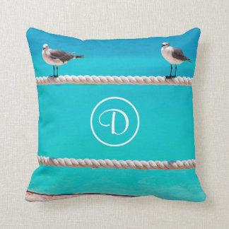 オーシャンサイドのビーチの鳥の写真のカスタムなモノグラムの枕 クッション