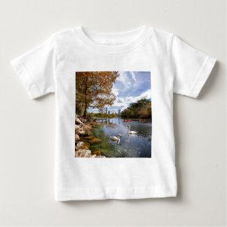 オースティンのテキサス州バートンの入り江/ladybird湖の白鳥 ベビーTシャツ