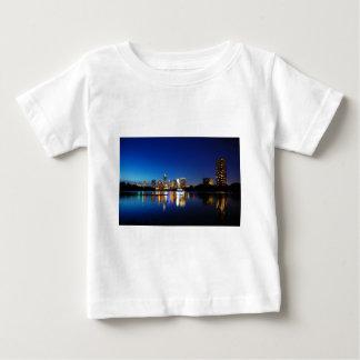 オースティンテキサス州都心の夜スカイラインのladybird湖 ベビーTシャツ