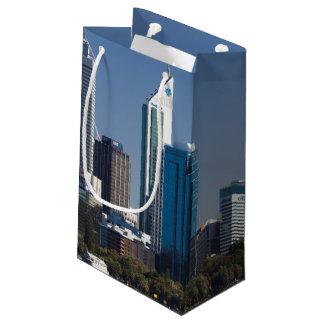 オーストラリア、パースの白鳥の川からの都市スカイライン スモールペーパーバッグ