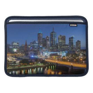 オーストラリア、ビクトリア、メルボルンのスカイラインとの MacBook スリーブ