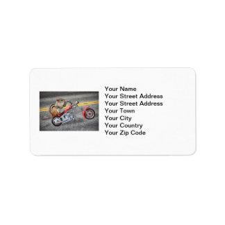 オートバイに乗っているシマリスのバイクもしくは自転車に乗る人 ラベル