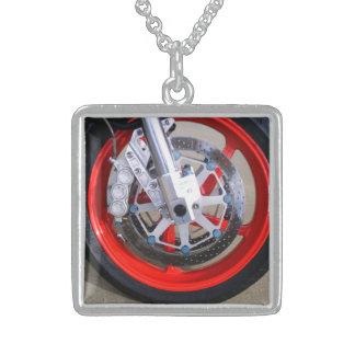 オートバイのオートバイの車輪の赤は写真に縁を付けます スターリングシルバーネックレス