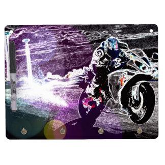 オートバイのバイクもしくは自転車に乗る人を競争させる土のサイクリングのモトクロス キーホルダーフック付きホワイトボード