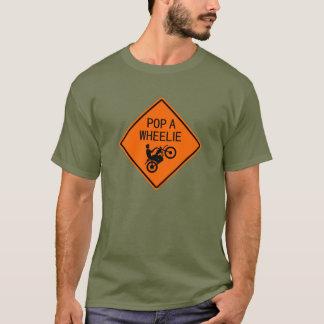 オートバイの印- Wheelieをぽんと鳴らして下さい Tシャツ