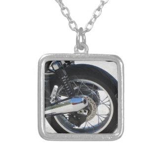 オートバイの後部車輪そしてクロム染料で染められた排気管 シルバープレートネックレス