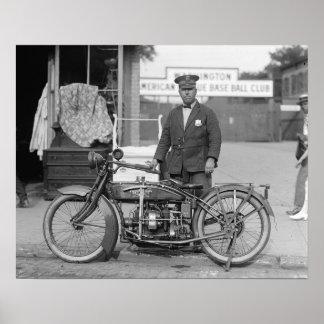 オートバイの警官1922年。 ヴィンテージの写真 ポスター