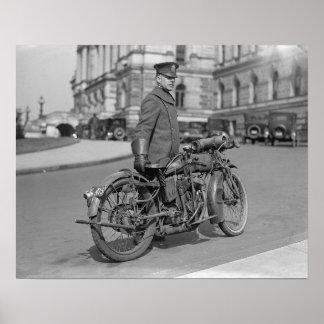 オートバイの警官1924年。 ヴィンテージの写真 ポスター