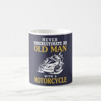 オートバイを持つ老人 コーヒーマグカップ