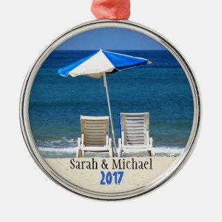 オーナメントと日付を記入される砂のカップルの椅子 メタルオーナメント
