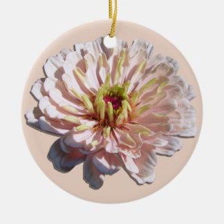オーナメント-最も淡い色のなピンクの《植物》百日草 陶器製丸型オーナメント
