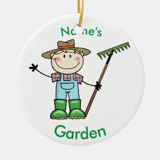 オーバーオール及びブーツの軽いブロンドの男の子の庭師 セラミックオーナメント