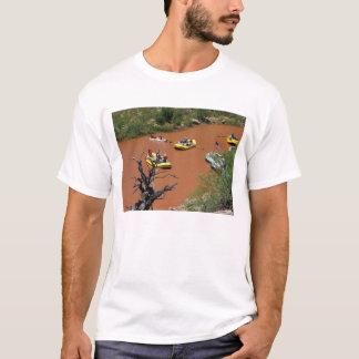 オールによって動力を与えられるいかだはコロラド川に回ります Tシャツ